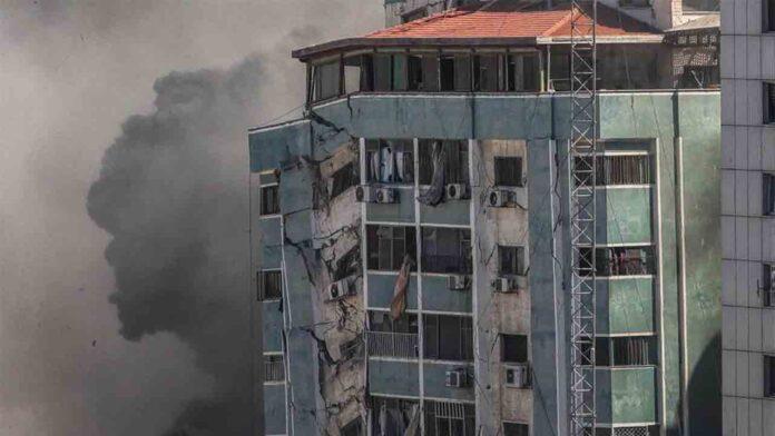 Israel destruye el edificio de Associated Press y Al-Jazeera