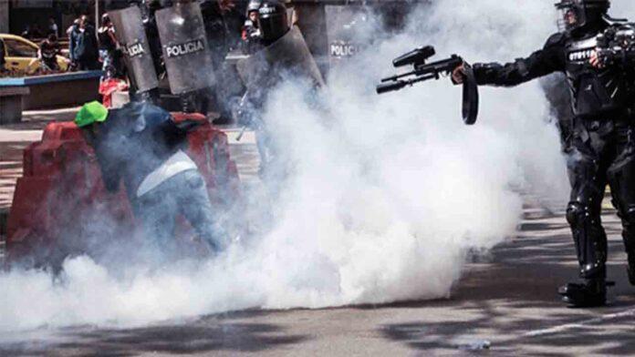 La policía de Colombia dispara a reporteros que cubren las protestas