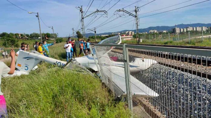 Se estrella una avioneta en las vías del tren en Sabadell