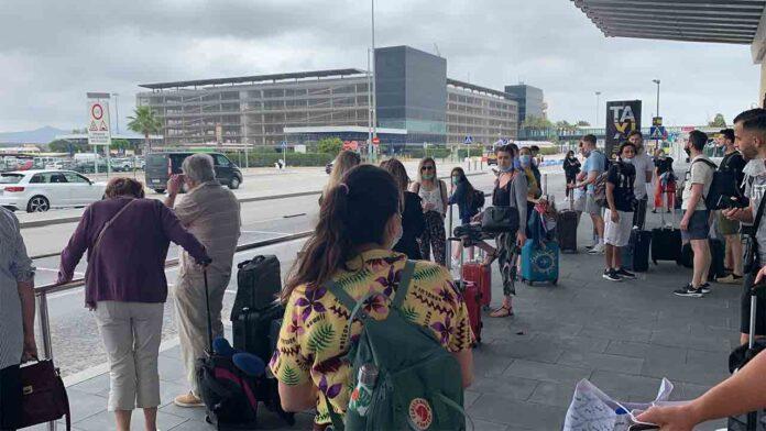 Aena abandona a los usuarios del Aeropuerto de Barcelona
