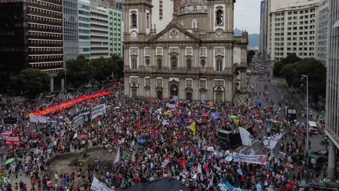 Brasil arremete contra Bolsonaro por las 500.000 vidas perdidas