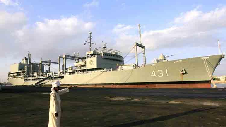 Gran barco de la Armada iraní se hunde tras incendiarse