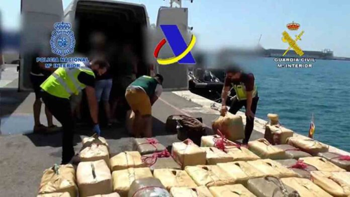 La Guardia Civil Intervenie 16 toneladas de hachís y detiene a 65 personas