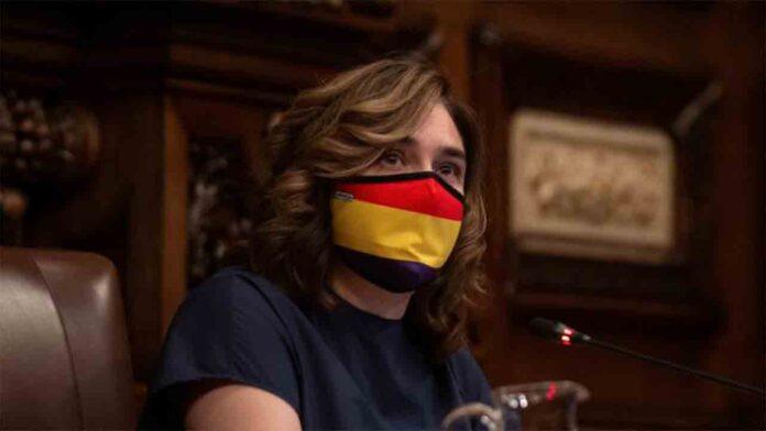 Ada Colau critica el discurso de odio de la derecha, con una mascarilla republicana