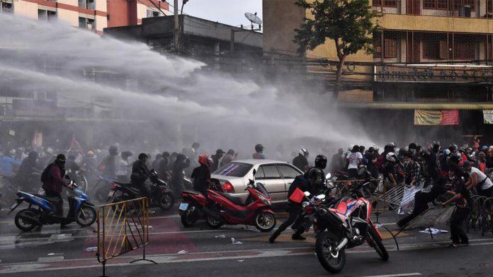 Duras cargas policiales contra los manifestantes en Bangkok