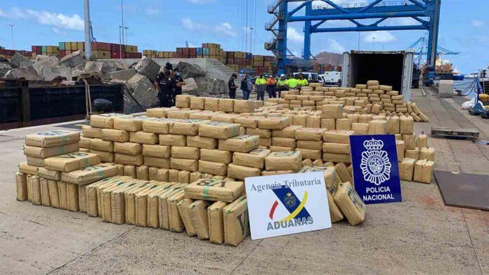 Intervienen 20 toneladas de hachís en un buque cerca de Canarias