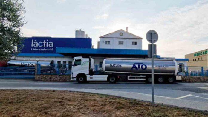 La distribuidora de Mercadona deja a los ganaderos tirados con 50.000 litros de leche