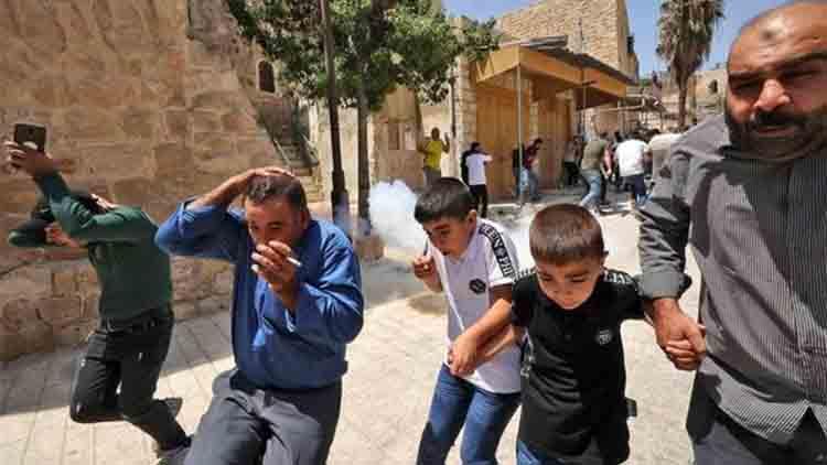 Las fuerzas de ocupación israelíes atacan a los fieles en la mezquita Ibrahimi en Hebrón