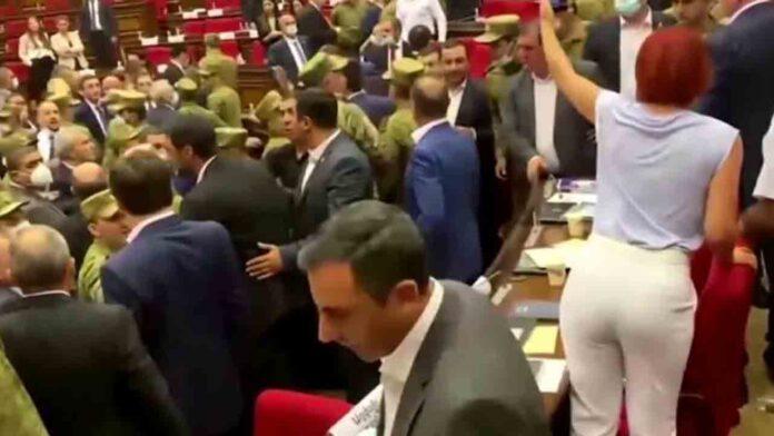 Pelea masiva a puñetazos en el Parlamento armenio