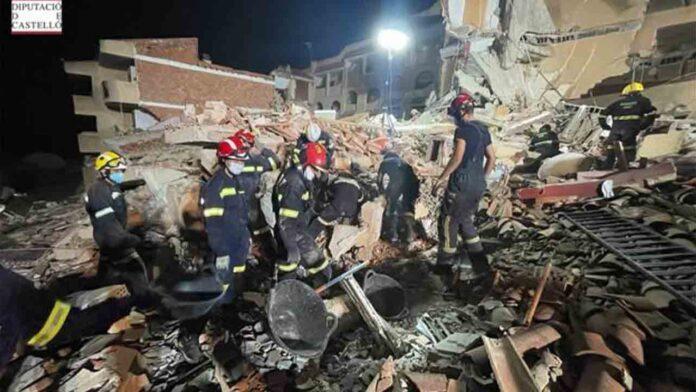 Rescatan con vida a una de las tres personas del derrumbe de Peñíscola