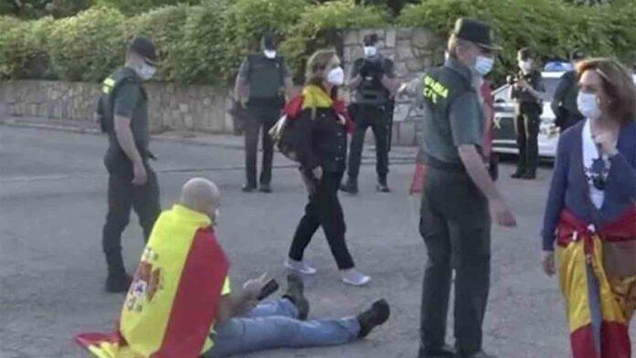 El juez impone una fianza de 52.000 euros al ultra que protestaba frente a la casa de Montero e Iglesias