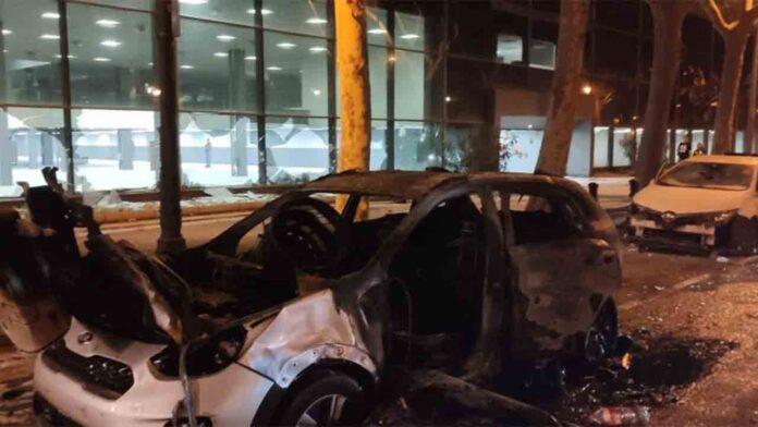 Peleas, destrozos y saqueos en un macrobotellón de Barcelona