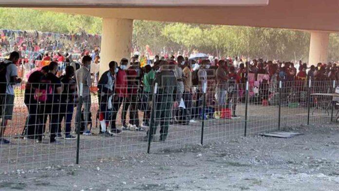 Un alto funcionario califica de ilegal la deportación de haitianos por parte de Biden